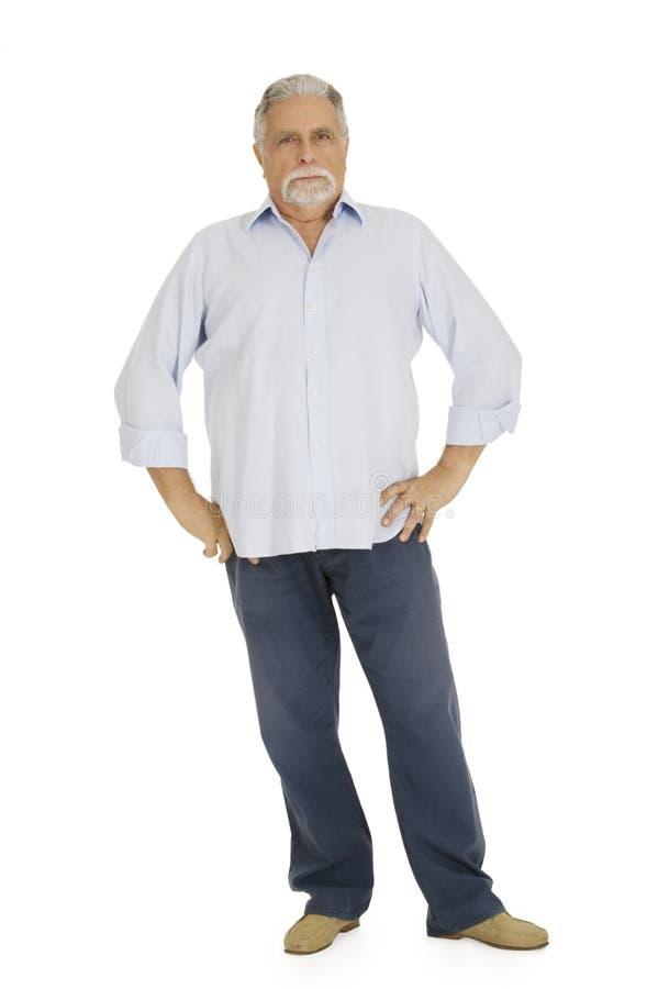 De oude mens met strenge ernstig kijkt stock foto's