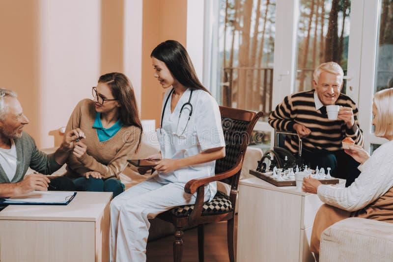 De oude mensen spelen schaak Het Huissleutels van mensenbequeaths stock foto