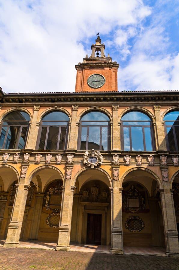 De oude middeleeuwse bibliotheekbouw bij stad van Bologna stock foto's