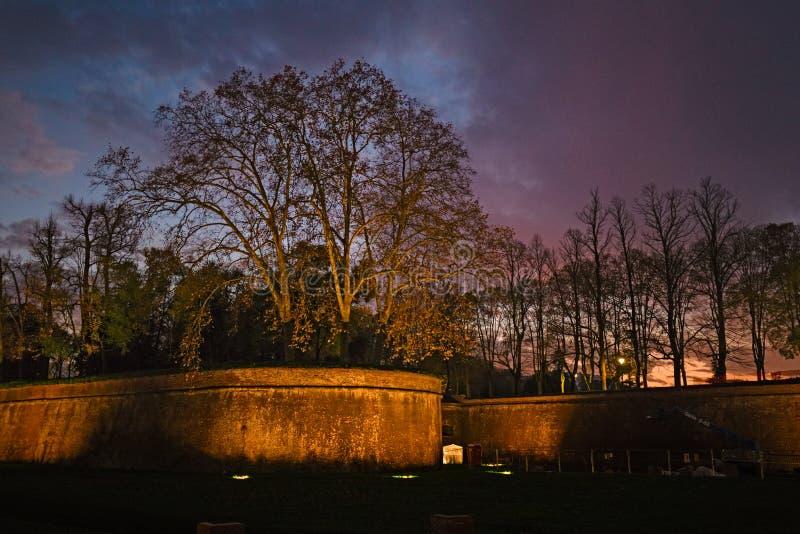 De oude middeleeuwse die muren, ter verdediging van de stad van Lucc worden gebouwd stock afbeeldingen