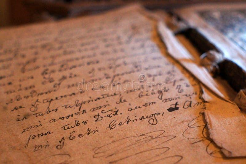 De oude middeleeuwse die pagina van het manuscriptenboek in inkt wordt geschreven royalty-vrije stock afbeeldingen