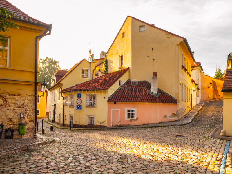 De oude middeleeuwse engte cobbled straat en kleine oude huizen van Novy Svet, Hradcany-district, Praag, Tsjechische Republiek royalty-vrije stock foto
