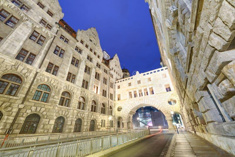 De oude middeleeuwse gebouwen van Leipzig bij nacht, Duitsland royalty-vrije stock afbeelding