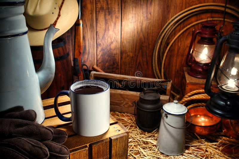 De oude Mok van de Koffie van het Westen in de Antieke Westelijke Wagen van de Klem stock fotografie