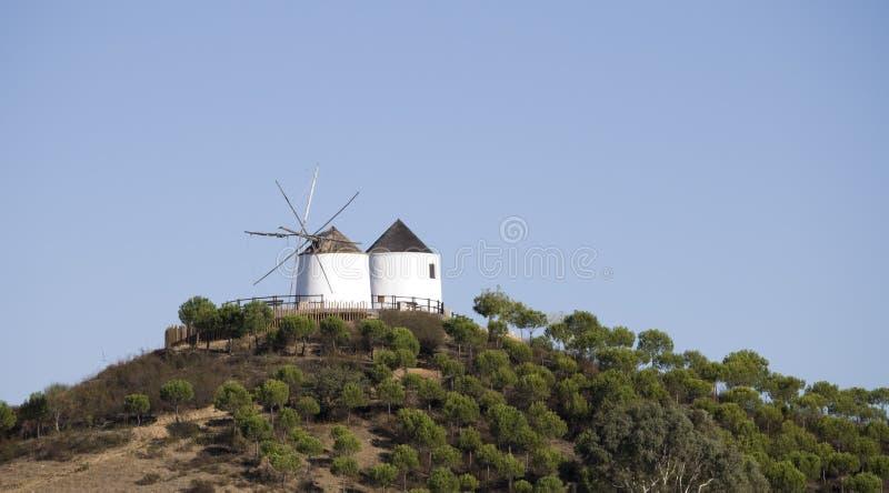 De oude molens van de Wind op de berg stock afbeelding