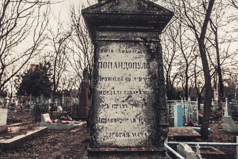 De oude monumenten van begraafplaatsgrafstenen van de geheimzinnigheid van de engelenmystiek spookgeesten brengen dood royalty-vrije stock foto's
