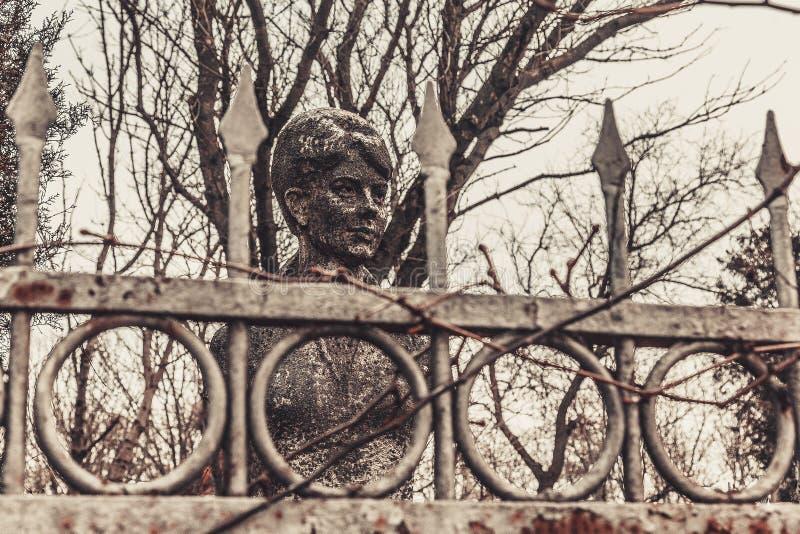 De oude monumenten van begraafplaatsgrafstenen van de geheimzinnigheid van de engelenmystiek spookgeesten brengen dood royalty-vrije stock foto