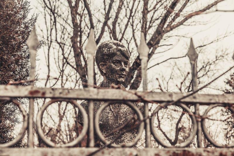 De oude monumenten van begraafplaatsgrafstenen van de geheimzinnigheid van de engelenmystiek spookgeesten brengen dood royalty-vrije stock afbeelding