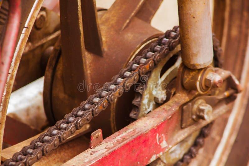 De oude motorfietskettingen zijn roestig stock foto's