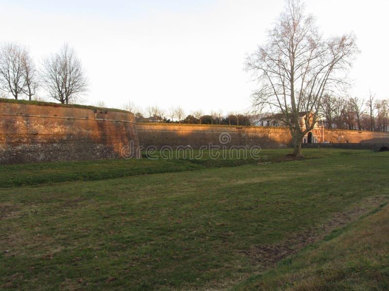 De oude muren van Luca met porta San Donato Toscanië, Italië royalty-vrije stock afbeelding