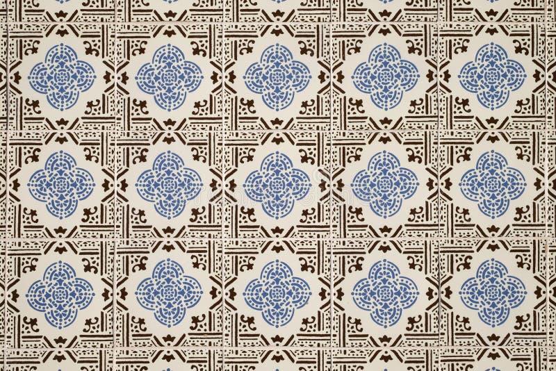 De oude muur met traditioneel Portugees decor betegelt azulezhu in blauwe en bruine tonen op een beige achtergrond stock foto's