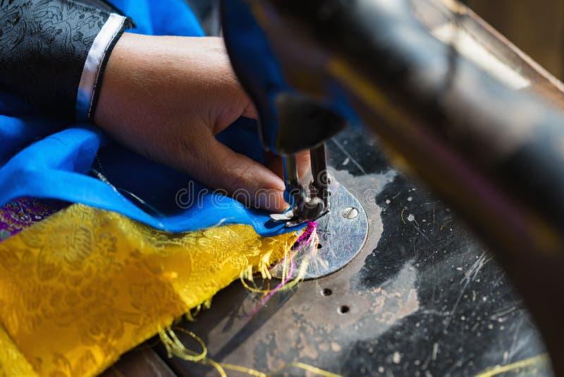 De oude naaimachine en het punt van kleding op etnische minderheidgebied in Vietnam, Azië stock afbeelding