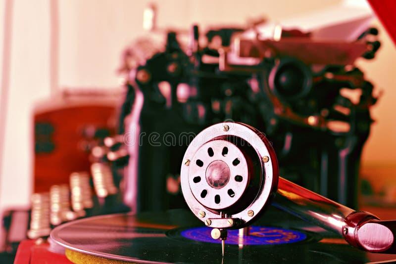 De oude naald van de platenspelergrammofoon op verslag Uitstekende schrijfmachine op achtergrond Toegevoegde retro toninng stock foto's