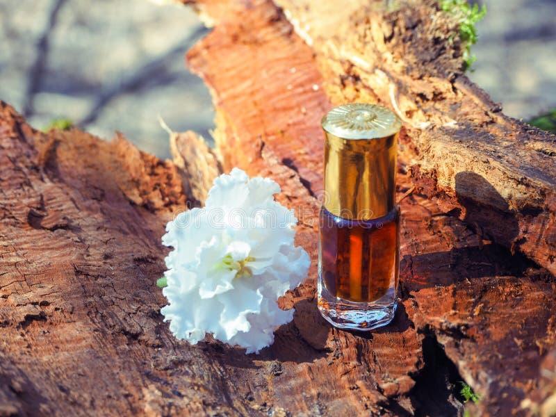 De oude olie van de agarwood en sandelhoutbomen Indisch geconcentreerd parfum stock foto