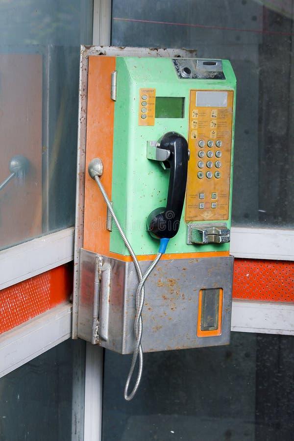 De oude openbare telefoon is niet in gebruik royalty-vrije stock fotografie