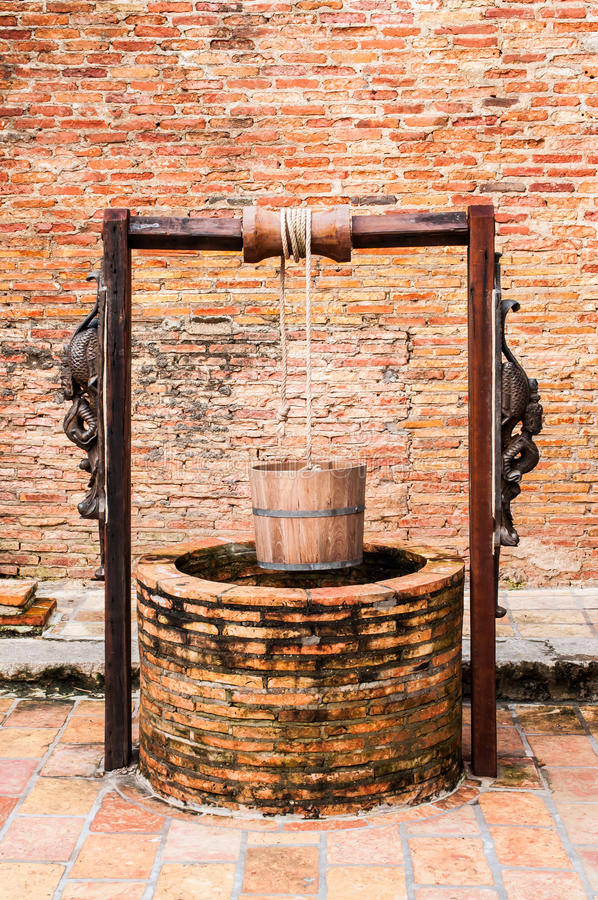 De oude oude houten wijnoogst van de wateremmer royalty-vrije stock fotografie
