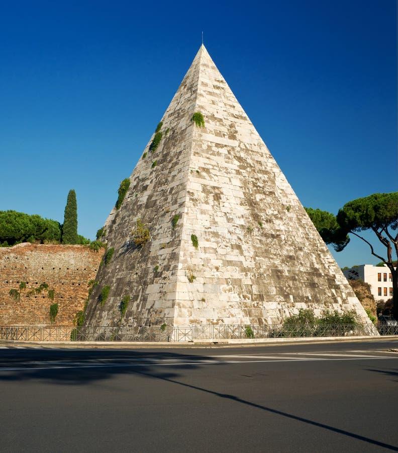 De oude Piramide van Cestius in Rome stock afbeeldingen