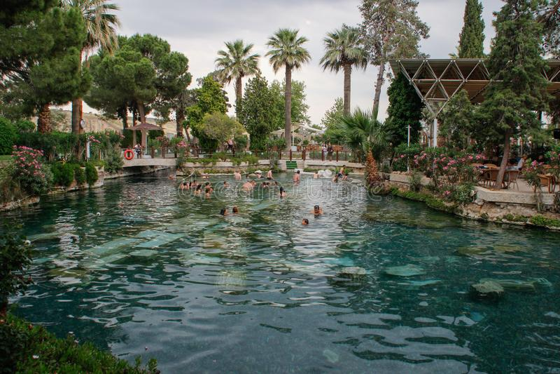 De oude pool van Cleopatra met turkooise water en kolommen stock afbeelding