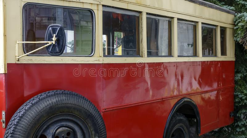 De oude retro bus is rood stock foto's