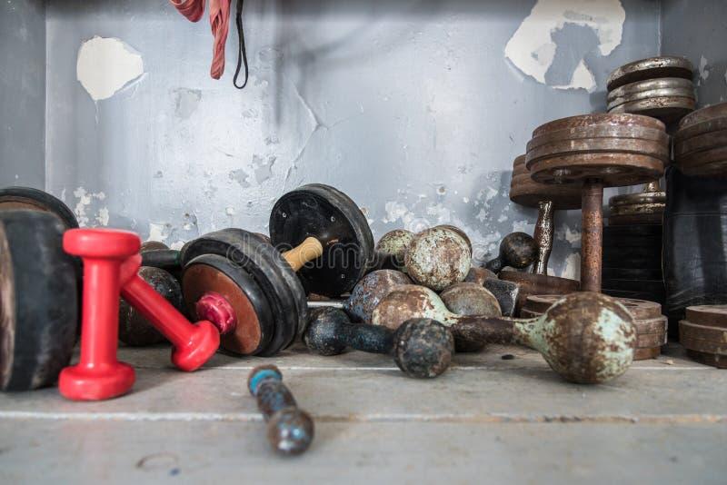 De oude retro domoren liggen op de vloer in een het in dozen doen gymnastiek, sportuitrusting, ruimte voor tekst royalty-vrije stock foto's
