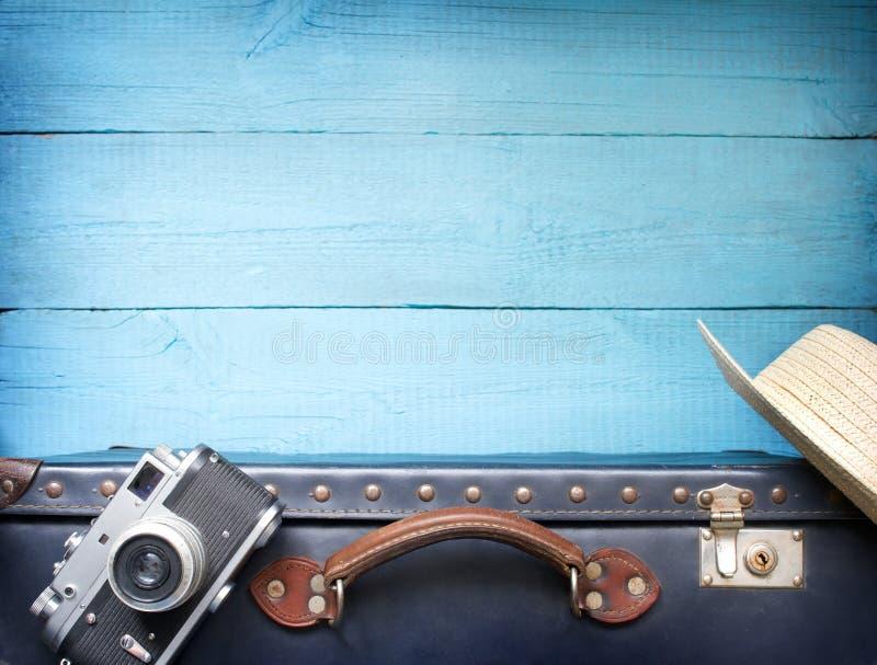 De oude retro uitstekende koffer en cameraachtergrond van de toerismereis royalty-vrije stock afbeeldingen