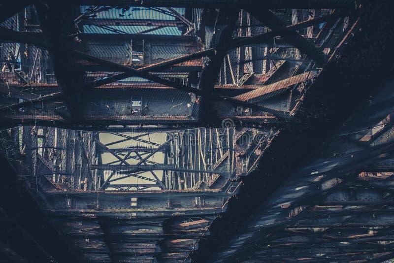 De oude roestige bouw van de staalstraal, roestte staalbrug royalty-vrije stock afbeeldingen
