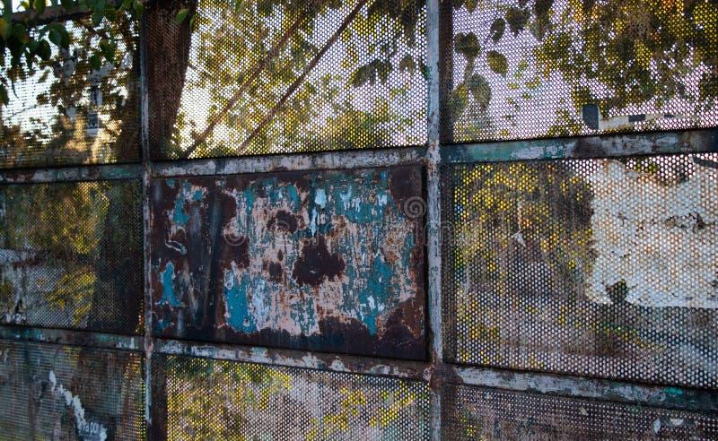 De oude, roestige en beschadigde ingang van de metaalpoort royalty-vrije stock foto