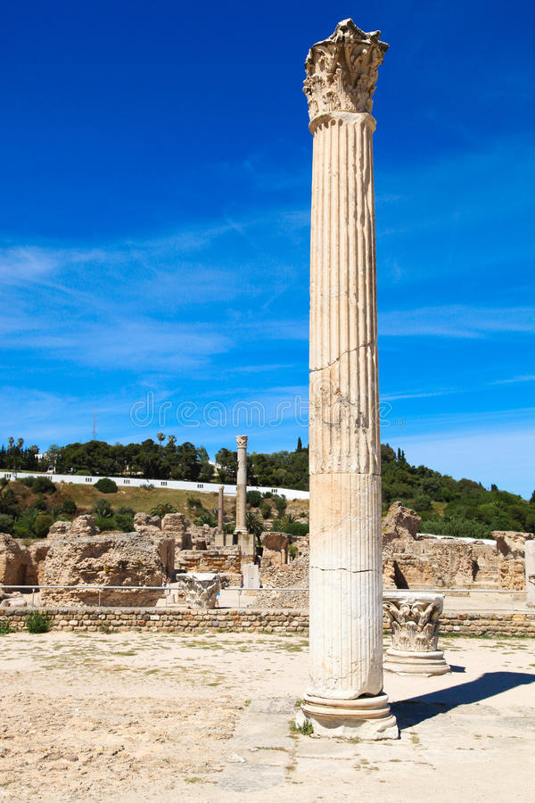 De oude Roman imperiumruïnes in Carthago - Tunesië Blauwe hemel, sunn stock fotografie