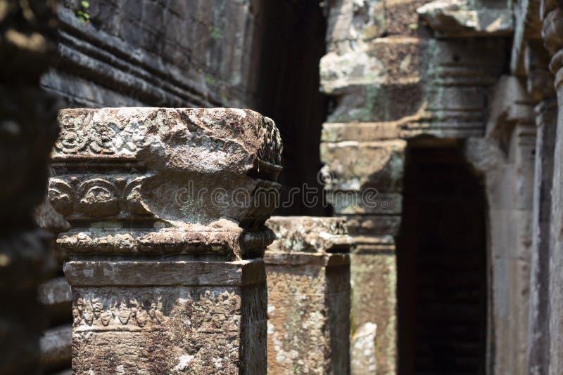 De oude ruïne van de tempel van Ta Prohm, Angkor complexe Wat, Siem oogst, Kambodja Steen het snijden op pijlerruïne royalty-vrije stock foto