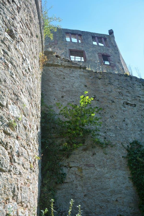 De oude ruïnes van de kasteelmuur stock afbeelding