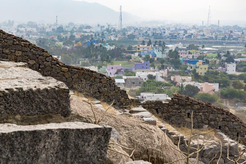 De oude ruïnes van tempel sloten aan de nieuwe stad met gekleurde huizen, met mist, mist royalty-vrije stock afbeelding