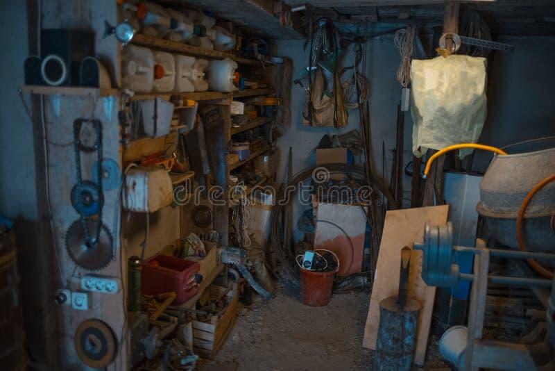 De oude ruimte van de dorpsworkshop met diverse hulpmiddelen stock afbeelding