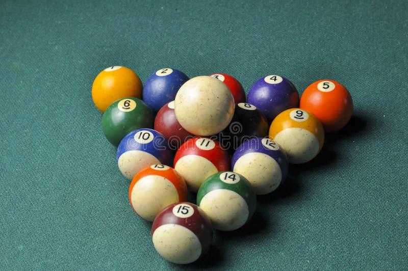 De oude samenstelling van biljartballen op groene poollijst stock foto's