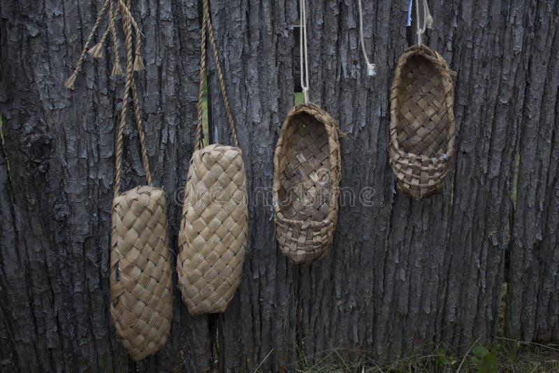 De oude schoenen hangen op de omheining en droog Russische retro schoenen Schoenenvoorvaderen stock afbeelding