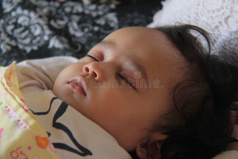 De oude slaap van tien maanden van het babymeisje in huis royalty-vrije stock afbeeldingen