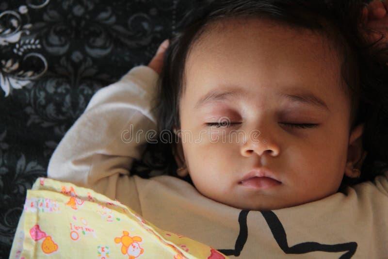 De oude slaap van tien maanden van het babymeisje in huis royalty-vrije stock afbeelding