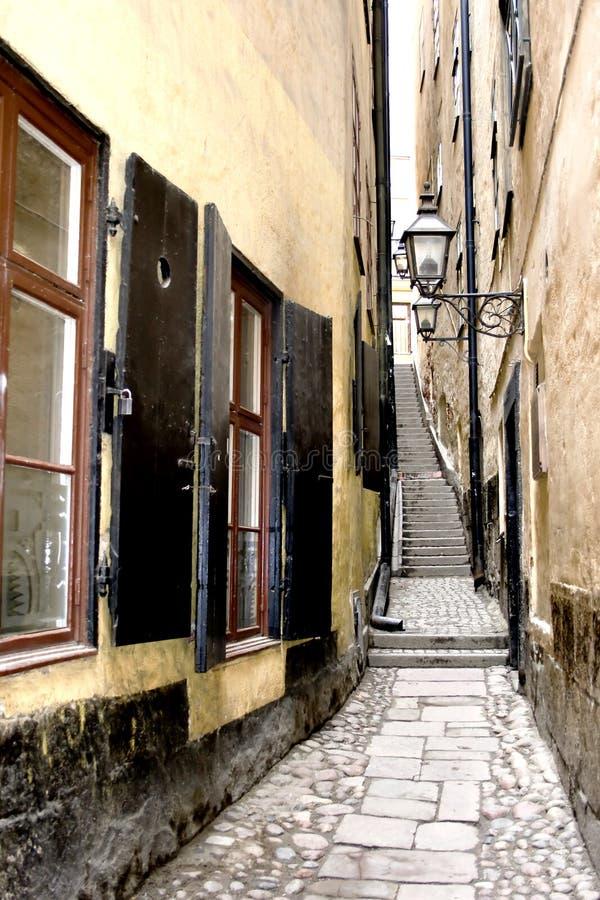 De oude smalle straat van Stockholm stock fotografie