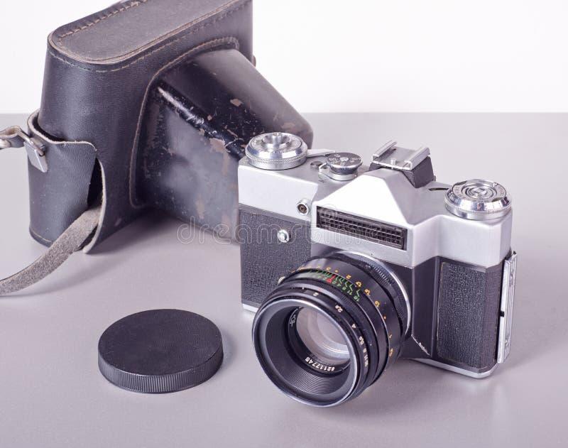 De oude Sovjetcamera van filmslr met een leergeval stock afbeeldingen