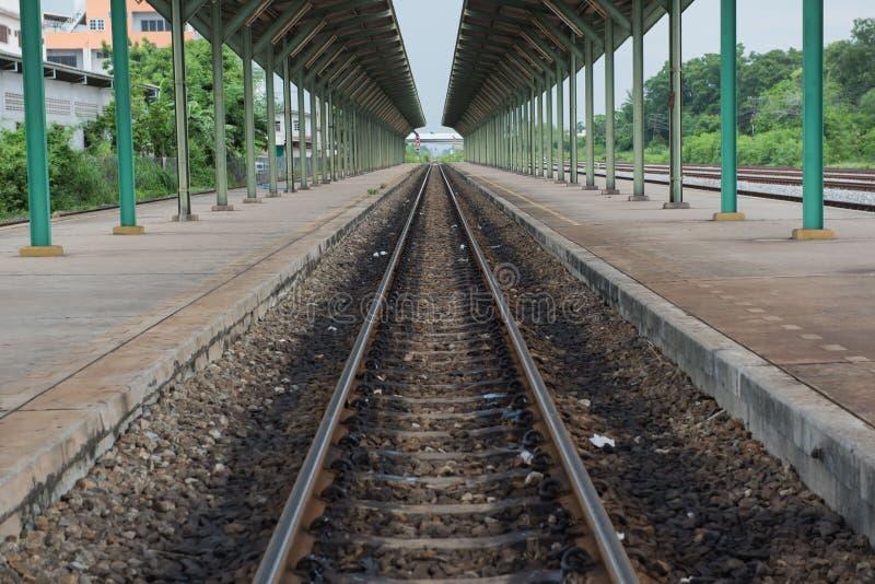 De oude Spoorweg en het platform in het station royalty-vrije stock afbeelding