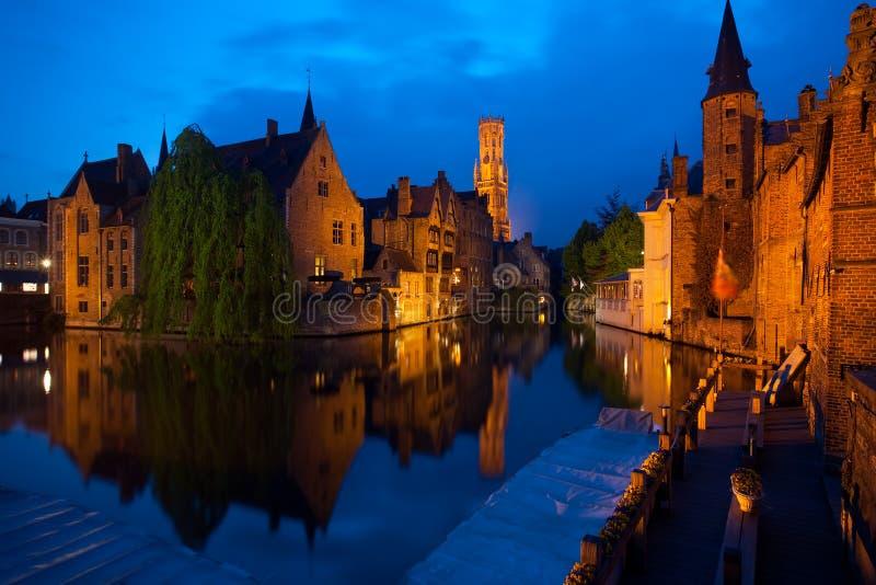 De oude stad van Brugge bij nacht royalty-vrije stock afbeelding