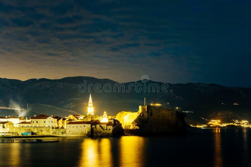 De oude stad van Budva in Montenegro Mening van de vesting in stock foto