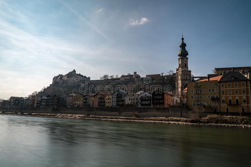 De oude stad van Burghausen met zijn klokketoren in de voorgrond stock foto