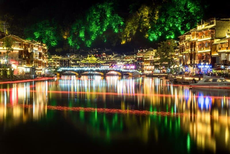 De oude stad van Fenghuang bij nacht stock afbeelding