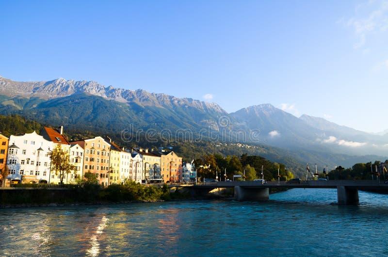 De oude stad van Innsbruck, Herbergenrivier en Nordkette in de Ochtend Tirol (Oostenrijk) stock afbeelding