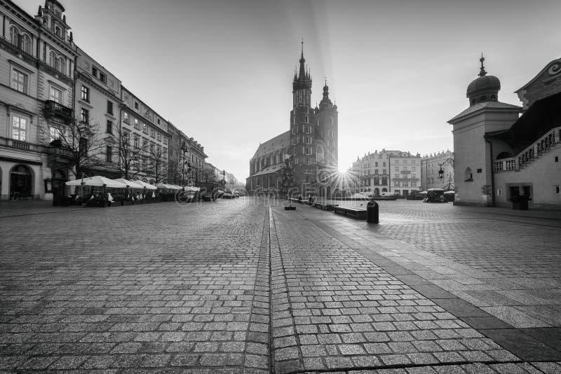 De oude stad van Krakau, Marktvierkant met St Mary ` s kerk bij zonsopgang, historische centrumcityscape, Polen, Europa stock afbeelding