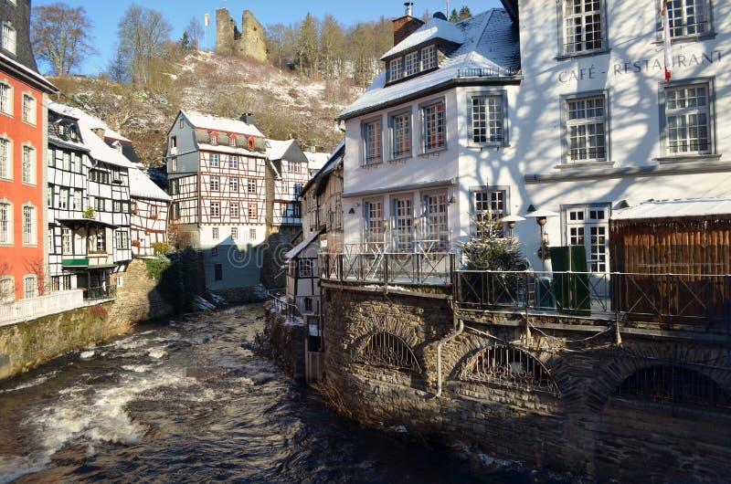 De Oude Stad van Monschau, Duitsland Stadscentrum in de sneeuwwinter Mooie meningen van het historische centrum van de oude stad  royalty-vrije stock foto