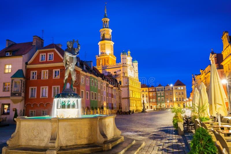 De oude stad van Poznan bij fontein 3 van nachtapollo royalty-vrije stock foto