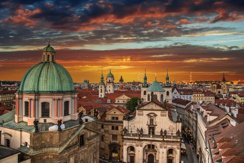 De Oude Stad van Praag na zonsondergang Europa, Tsjechische Republiek royalty-vrije stock foto's