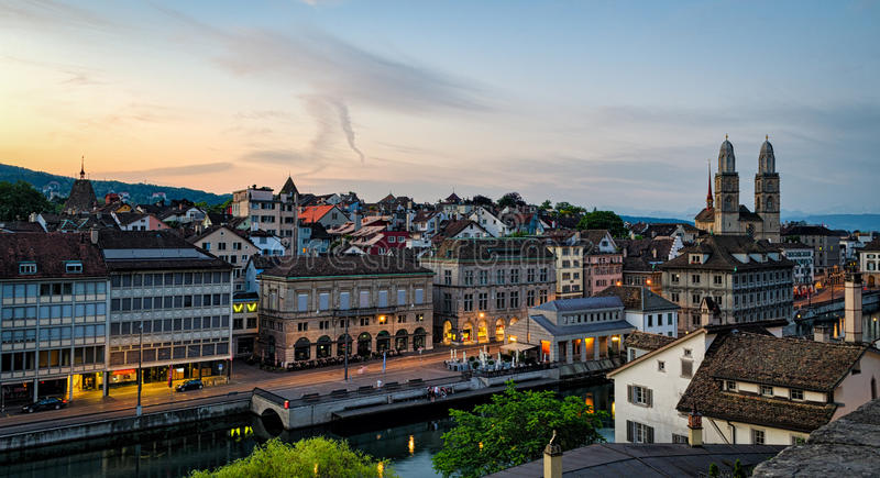 De oude stad van Zürich en Limmat-rivier bij zonsopgang stock afbeelding