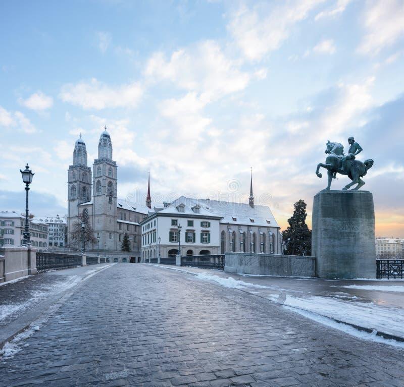 De oude stad van Zürich, mening op rivier stock afbeeldingen